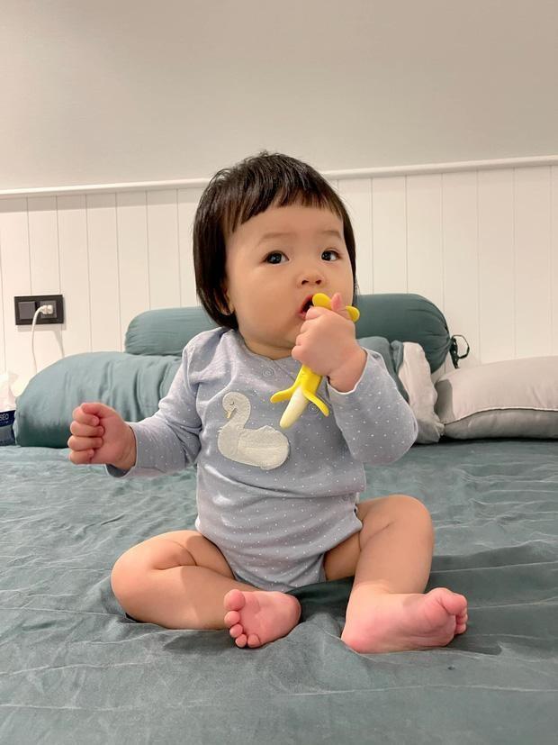 Đàm Thu Trang khoe ảnh con gái lúc mới sinh, Hòa Minzy bày tỏ lý do giấu diện mạo con trai ảnh 3