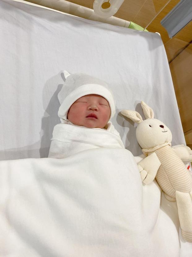 Đàm Thu Trang khoe ảnh con gái lúc mới sinh, Hòa Minzy bày tỏ lý do giấu diện mạo con trai ảnh 2
