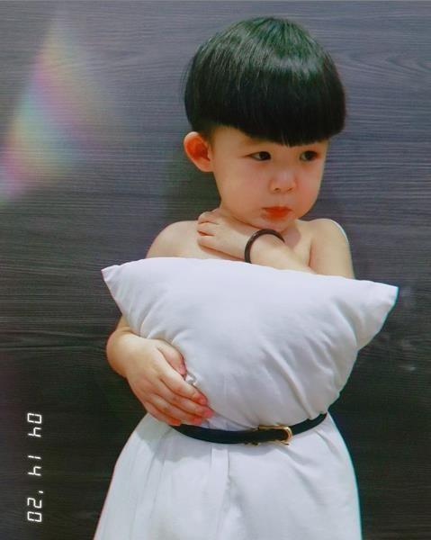 """""""Pillow Challenge"""" nhí: Thần thái không kém người lớn nhưng bất ngờ nhất là bức ảnh cuối ảnh 8"""
