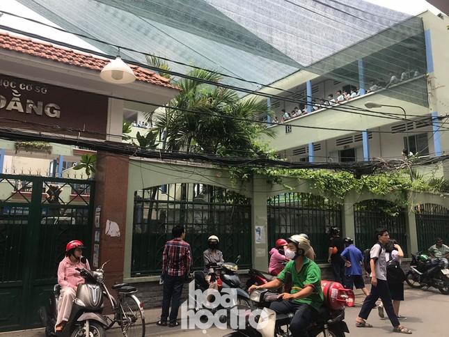 Sáng 27/5, học sinh THCS Bạch Đằng được ra về bằng cổng giữ xe thay vì đi cổng chính ảnh 3