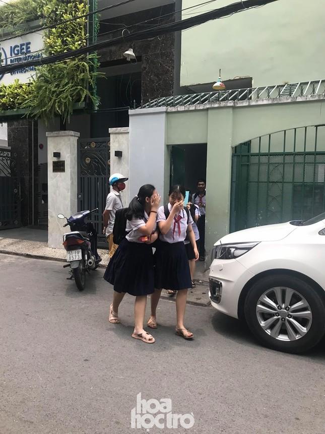Sáng 27/5, học sinh THCS Bạch Đằng được ra về bằng cổng giữ xe thay vì đi cổng chính ảnh 4