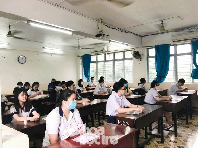 Thi tốt nghiệp THPT trên máy tính: Học sinh và giáo viên còn dè chừng vì nhiều lí do ảnh 1