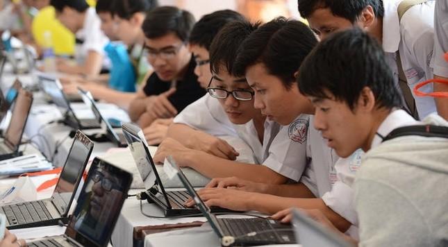 Thi tốt nghiệp THPT trên máy tính: Học sinh và giáo viên còn dè chừng vì nhiều lí do ảnh 2