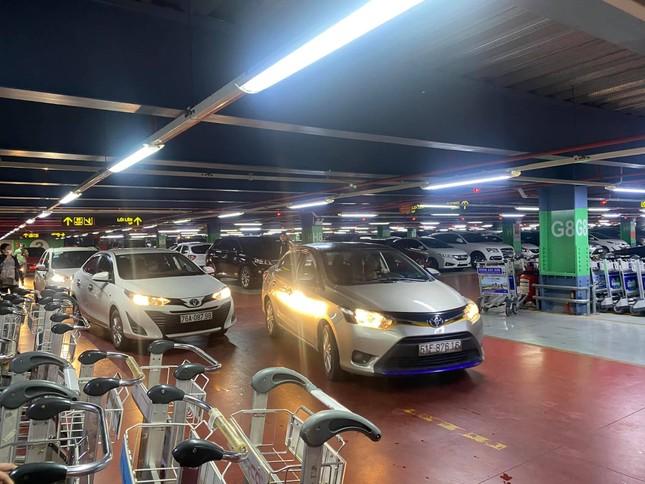 Hạ cánh sân bay Tân Sơn Nhất, hành khách phải leo 4 tầng để bắt Grab và trả phụ phí 50K ảnh 2