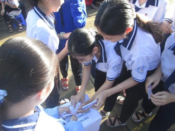 Những hình ảnh và nhắn nhủ xúc động của giới trẻ cả nước hướng về đồng bào miền Trung ảnh 2
