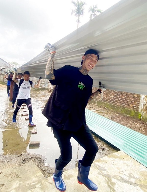 """Hậu """"Rap Việt"""", thầy trò huấn luyện viên Wowy - Dế Choắt lên đường đi cứu trợ miền Trung ảnh 2"""