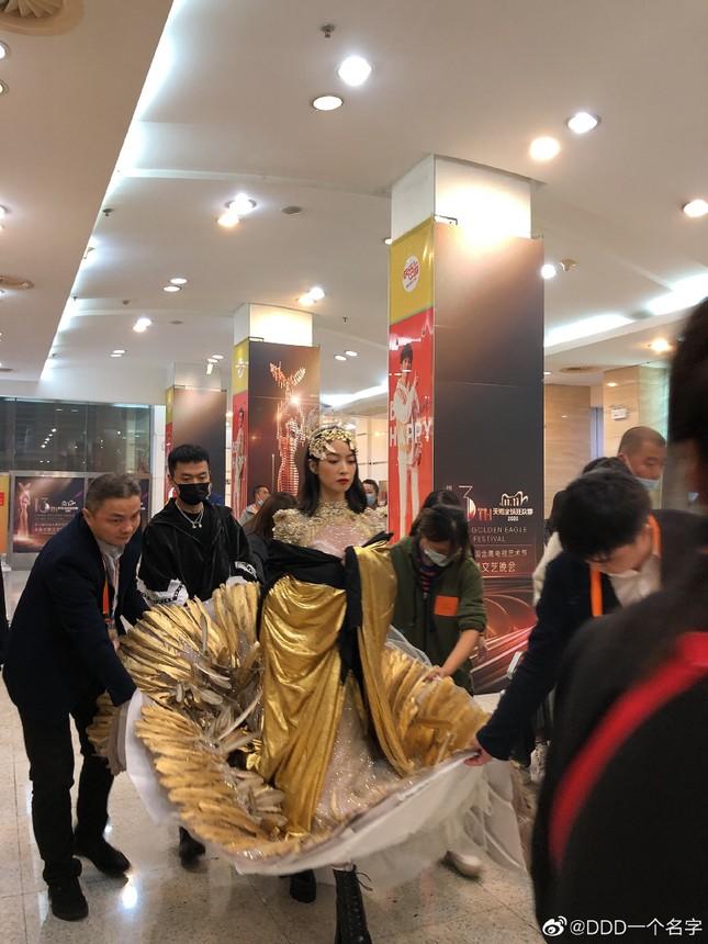 """Cận cảnh bộ váy Nữ thần Kim Ưng """"dìm"""" dáng vóc Tống Thiến thê thảm ảnh 2"""