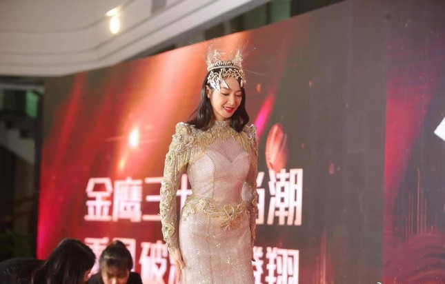 """Cận cảnh bộ váy Nữ thần Kim Ưng """"dìm"""" dáng vóc Tống Thiến thê thảm ảnh 4"""