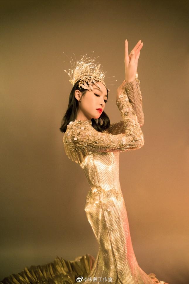 """Hình ảnh """"Nữ thần Kim Ưng"""" Tống Thiến do studio đăng tải khác một trời một vực ảnh thực tế ảnh 2"""