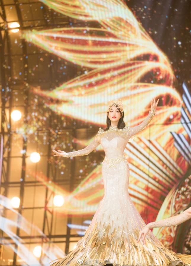 """Hình ảnh """"Nữ thần Kim Ưng"""" Tống Thiến do studio đăng tải khác một trời một vực ảnh thực tế ảnh 8"""