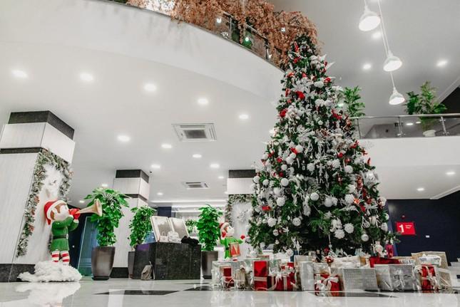 """Đại học Thăng Long ngập tràn không khí Giáng sinh sớm, hội sinh viên tha hồ """"sống ảo"""" ảnh 1"""