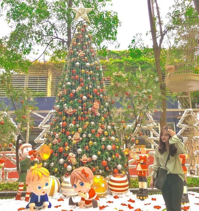 """Đại học Thăng Long ngập tràn không khí Giáng sinh sớm, hội sinh viên tha hồ """"sống ảo"""" ảnh 3"""