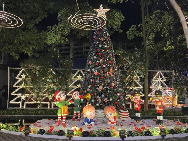 """Đại học Thăng Long ngập tràn không khí Giáng sinh sớm, hội sinh viên tha hồ """"sống ảo"""" ảnh 4"""