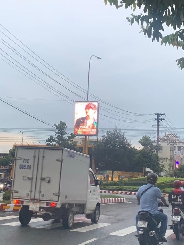 """Fan ủng hộ Jack """"không tiếc tay"""", poster MV mới xuất hiện trên con đường lớn ở Bến Tre ảnh 1"""