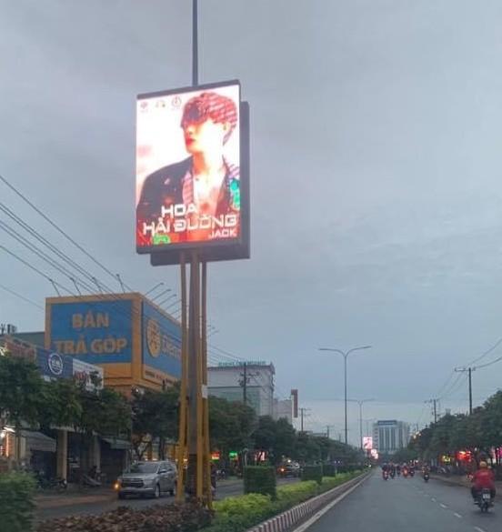 """Fan ủng hộ Jack """"không tiếc tay"""", poster MV mới xuất hiện trên con đường lớn ở Bến Tre ảnh 2"""