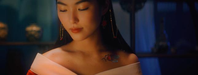 """Nữ chính MV """"Hoa Hải Đường"""" có vẻ ngoài gây thương nhớ, thân hình quyến rũ bất ngờ ảnh 1"""