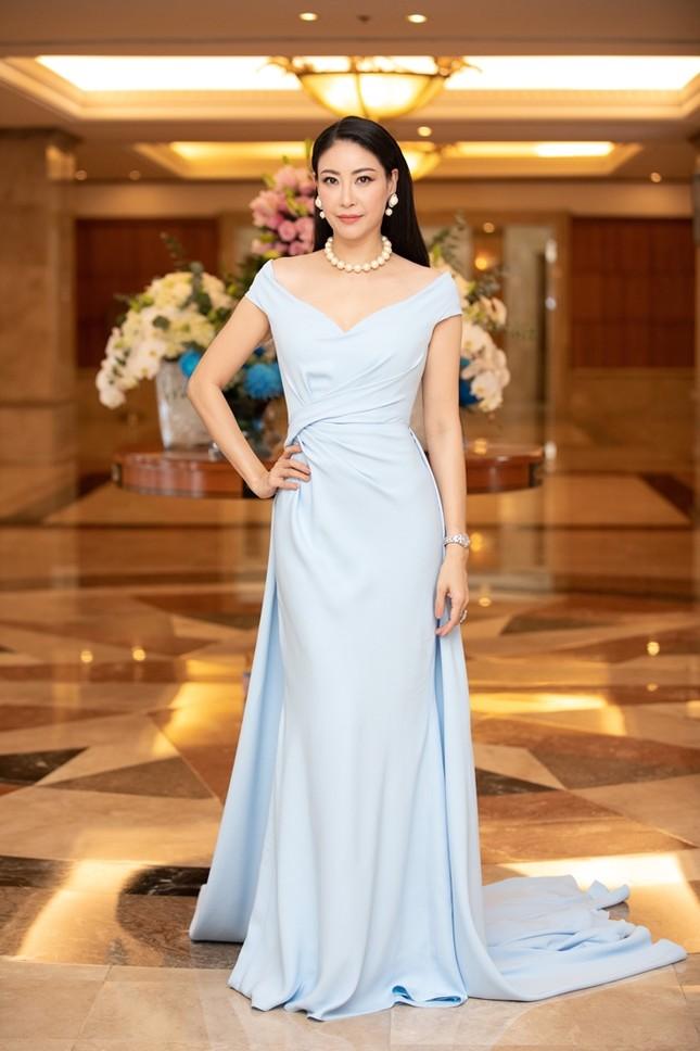 Đồng loạt diện váy xẻ cao, dàn hậu đình đám khoe chân dài tại họp báo Hoa Hậu Việt Nam ảnh 10