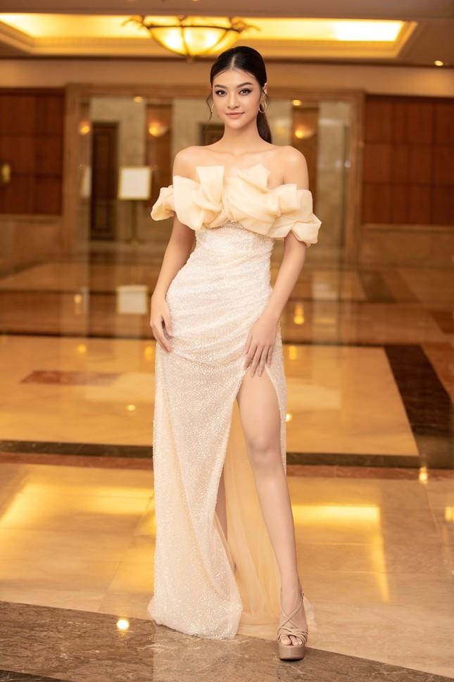 Đồng loạt diện váy xẻ cao, dàn hậu đình đám khoe chân dài tại họp báo Hoa Hậu Việt Nam ảnh 7