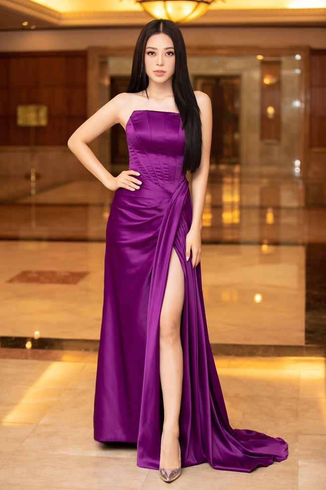 Đồng loạt diện váy xẻ cao, dàn hậu đình đám khoe chân dài tại họp báo Hoa Hậu Việt Nam ảnh 9