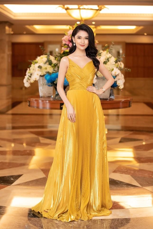 Đồng loạt diện váy xẻ cao, dàn hậu đình đám khoe chân dài tại họp báo Hoa Hậu Việt Nam ảnh 11