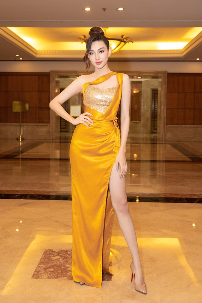 Đồng loạt diện váy xẻ cao, dàn hậu đình đám khoe chân dài tại họp báo Hoa Hậu Việt Nam ảnh 6