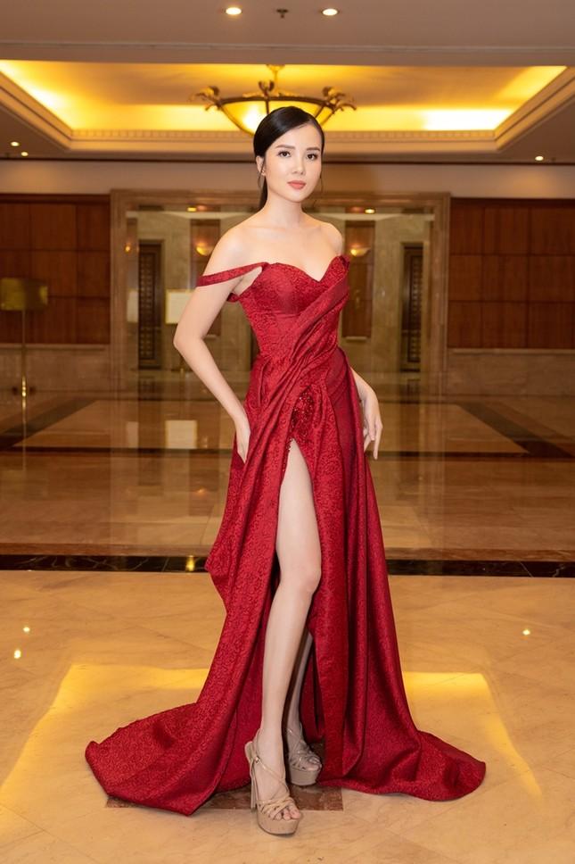 Đồng loạt diện váy xẻ cao, dàn hậu đình đám khoe chân dài tại họp báo Hoa Hậu Việt Nam ảnh 12