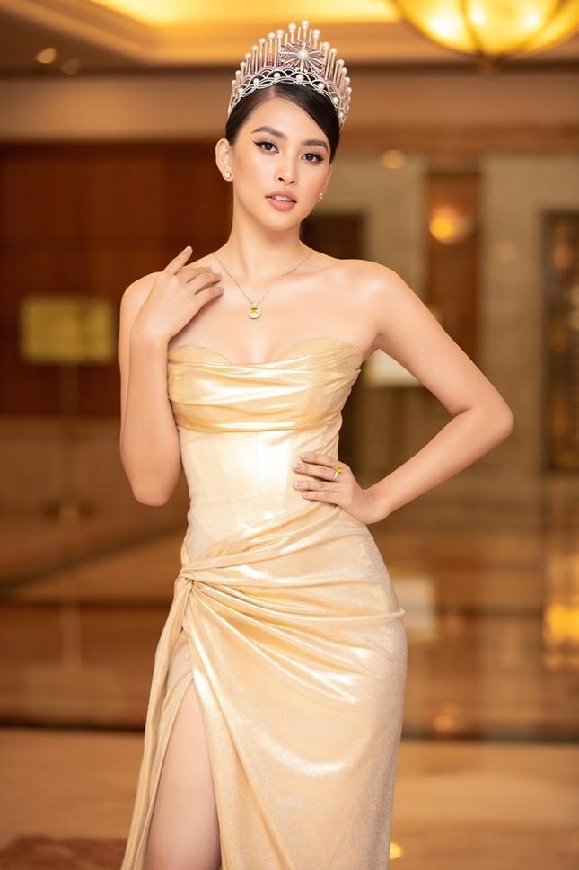 Đồng loạt diện váy xẻ cao, dàn hậu đình đám khoe chân dài tại họp báo Hoa Hậu Việt Nam ảnh 4