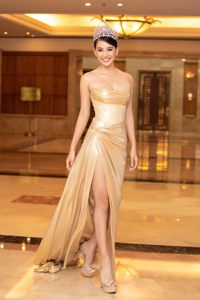 Đồng loạt diện váy xẻ cao, dàn hậu đình đám khoe chân dài tại họp báo Hoa Hậu Việt Nam ảnh 3