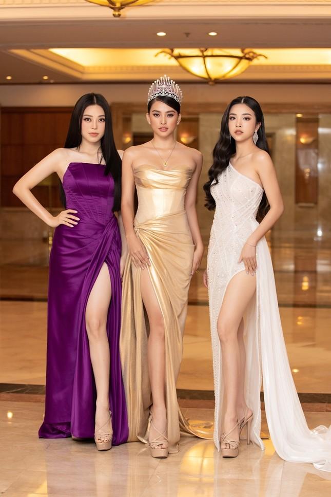 Đồng loạt diện váy xẻ cao, dàn hậu đình đám khoe chân dài tại họp báo Hoa Hậu Việt Nam ảnh 1
