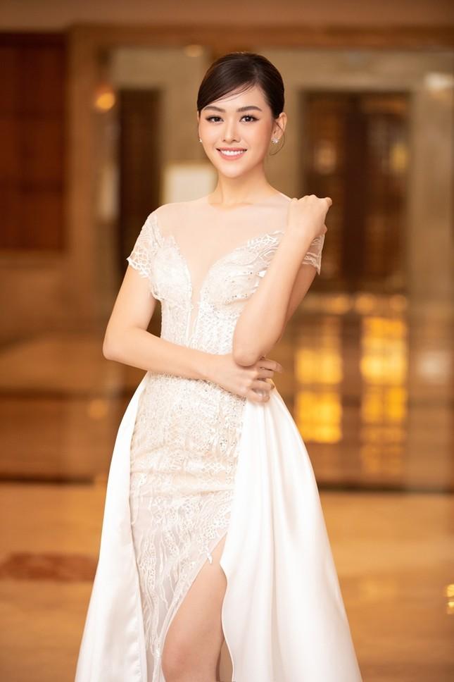 Đồng loạt diện váy xẻ cao, dàn hậu đình đám khoe chân dài tại họp báo Hoa Hậu Việt Nam ảnh 8