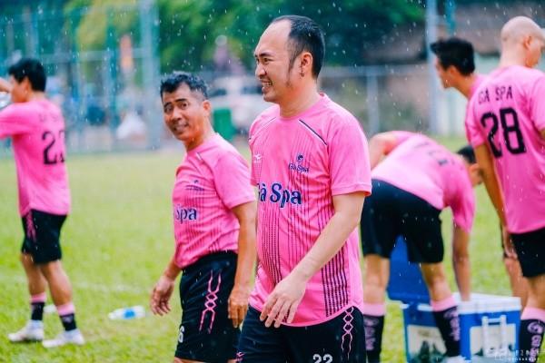 Nghệ sĩ Tiến Luật, ca sĩ Hồ Việt Trung gom sao đá bóng gây quỹ hướng về miền Trung ảnh 4