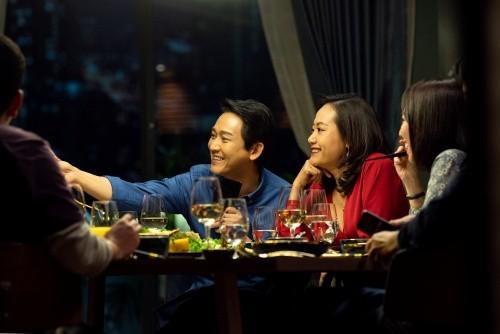 """""""Tiệc Trăng Máu"""" thu 45 tỷ đồng, thiết lập lại thói quen ra rạp xem phim của khán giả Việt ảnh 4"""