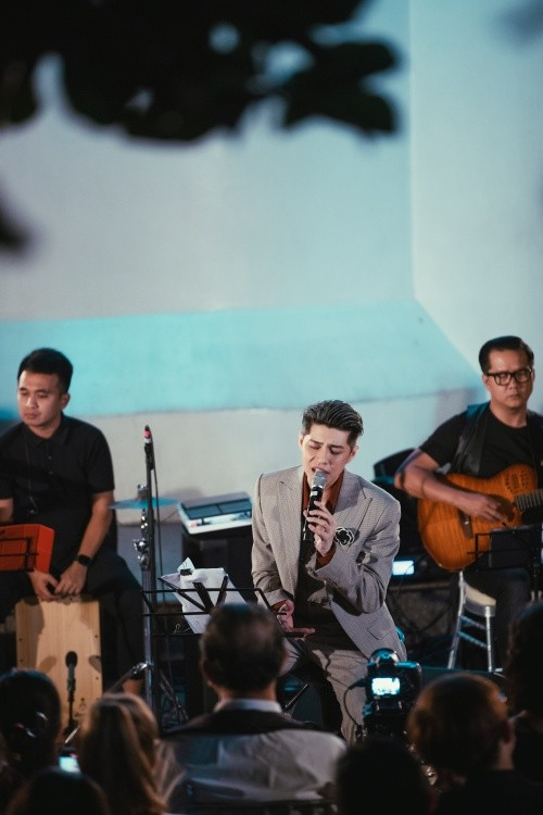 Noo Phước Thịnh lần đầu diễn live ca khúc mới tại ngọn hải đăng cổ nhất Đông Nam Á ảnh 4