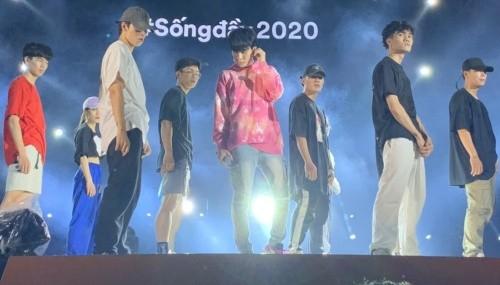 Fan phấn khích với phần Rap intro mới của JACK trong buổi duyệt chương trình ở Đà Nẵng ảnh 3