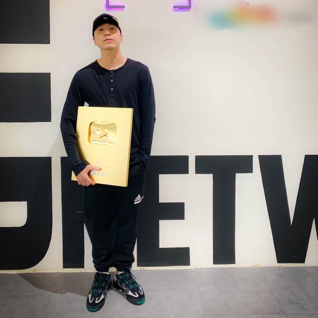 """Góc """"Ờ Mây Zing, Gút Chóp"""": Karik nhận được nút Vàng từ YouTube sau """"Rap Việt"""" ảnh 1"""