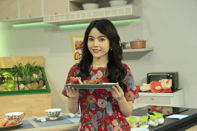 Bạn gái tin đồn của Ngô Kiến Huy xuất hiện đẹp 'hút hồn' tại show ẩm thực ảnh 1