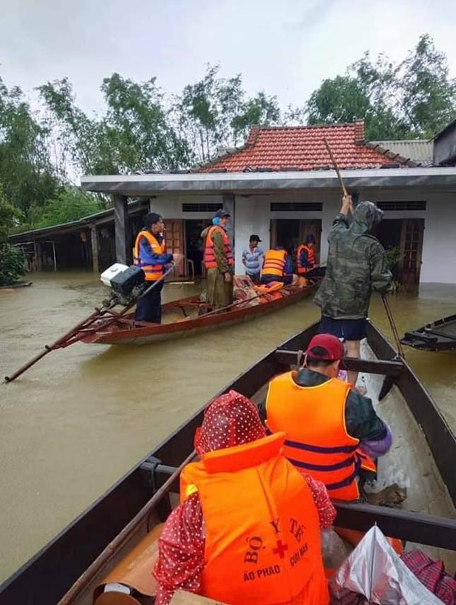 Những hình ảnh đẹp của Thủy Tiên khi đi cứu trợ đồng bào lũ lụt ảnh 1