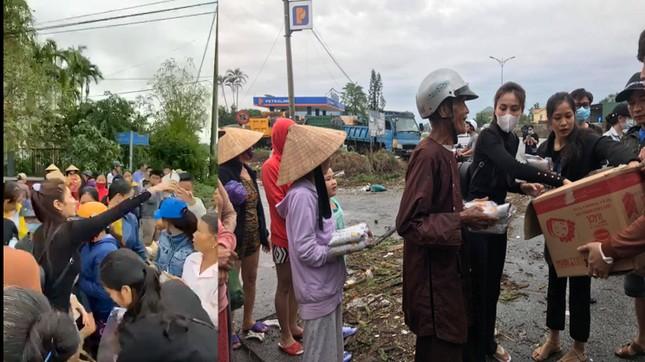 Những hình ảnh đẹp của Thủy Tiên khi đi cứu trợ đồng bào lũ lụt ảnh 5