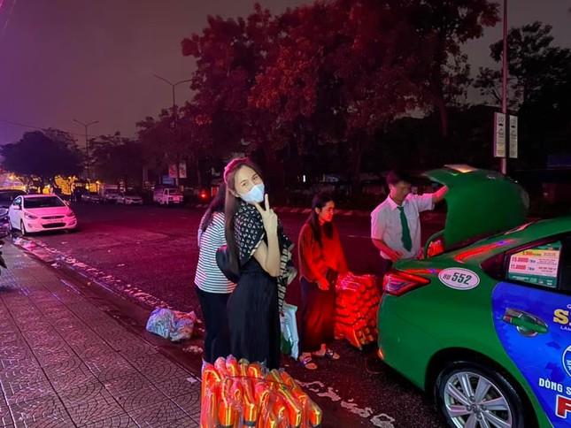 Những hình ảnh đẹp của Thủy Tiên khi đi cứu trợ đồng bào lũ lụt ảnh 3