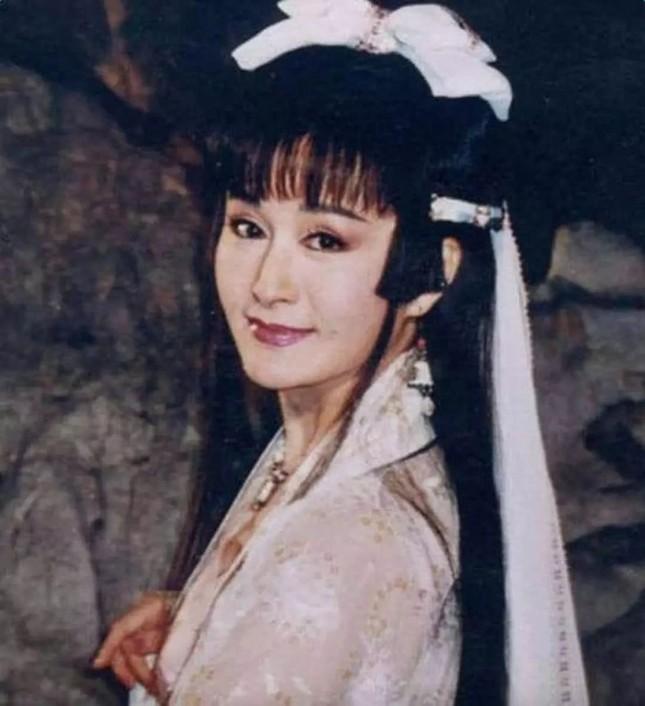 Ngỡ ngàng vẻ trẻ đẹp ở tuổi 71 của Tiểu Long Nữ phim 'Thần điêu đại hiệp 1984' ảnh 8