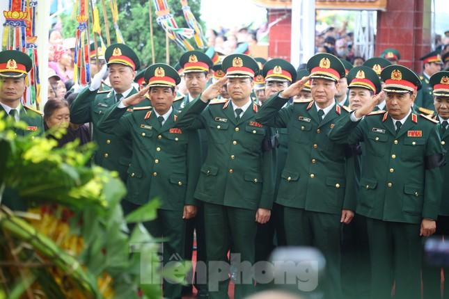 Đồng đội, người thân tiễn Tướng Hùng về lòng đất mẹ ảnh 10
