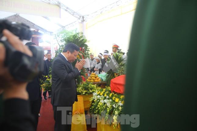 Đồng đội, người thân tiễn Tướng Hùng về lòng đất mẹ ảnh 11