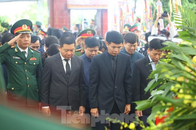 Đồng đội, người thân tiễn Tướng Hùng về lòng đất mẹ ảnh 12