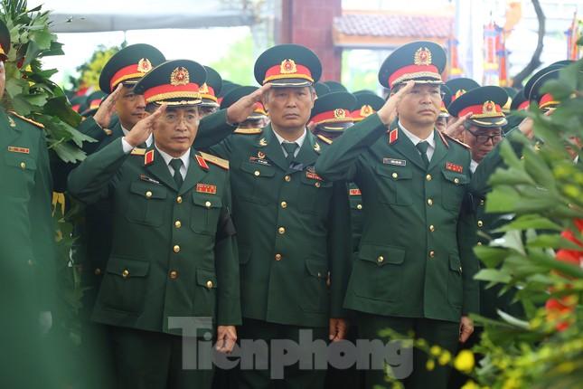 Đồng đội, người thân tiễn Tướng Hùng về lòng đất mẹ ảnh 14
