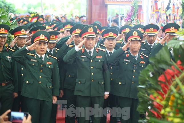 Đồng đội, người thân tiễn Tướng Hùng về lòng đất mẹ ảnh 15