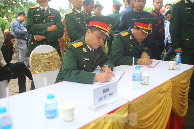 Đồng đội, người thân tiễn Tướng Hùng về lòng đất mẹ ảnh 16
