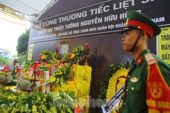 Đồng đội, người thân tiễn Tướng Hùng về lòng đất mẹ ảnh 18