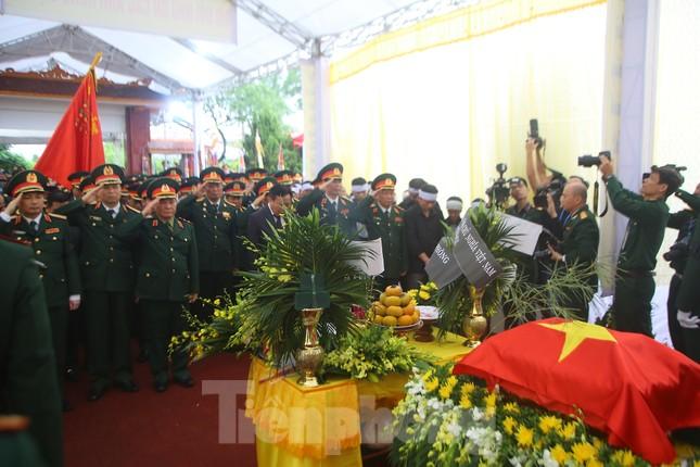 Đồng đội, người thân tiễn Tướng Hùng về lòng đất mẹ ảnh 19