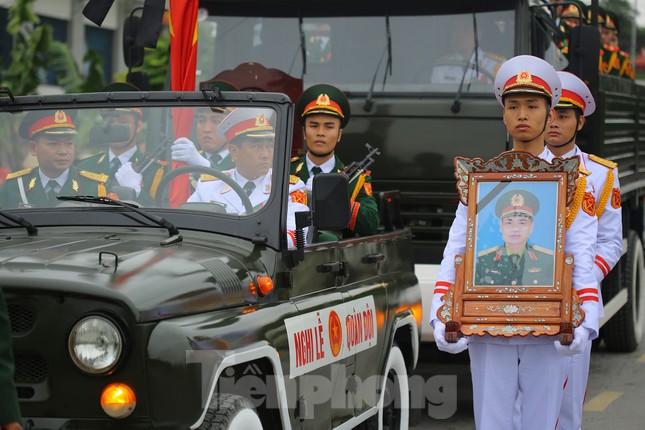 Đồng đội, người thân tiễn Tướng Hùng về lòng đất mẹ ảnh 1