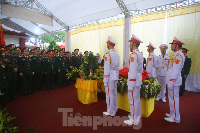 Đồng đội, người thân tiễn Tướng Hùng về lòng đất mẹ ảnh 20